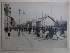 TROYES - Photo Vers 1930 - Défilé Sur Un Boulevard ? - Lieux
