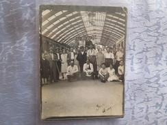 Photo   Groupe De Gens Dans La Gare D Avignon ; Vaucluse 84 - Lieux