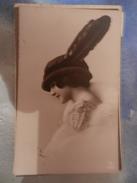 14324) RAGAZZA CON CAPPELLO ALLA MODA DEL PERIODO VIAGGIATA 1914 - Moda