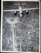 AVIATION UN AVION SURVOLANT UNE VILLE MODELE A DETERMINER - Aviación