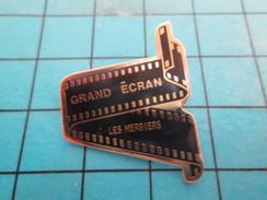 Pin313b Pin's Pins : Rare Et Belle Qualité :  CINEMA / GRAND ECRAN LES HERBIERS PELLICULE FILM - Films