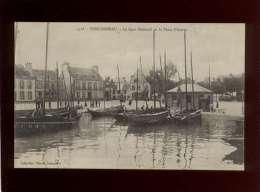 29 Concarneau Le Quai Peneroff & La Place D'armes  édit. Villard N° 5316  Bateau , Animée - Concarneau