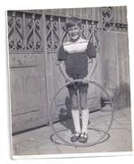 Photographie Ancienne -enfant Posant Avec Un Cerceau - Anonymous Persons