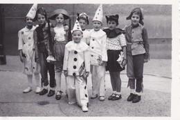 MINI-PHOTO--spectacle Enfants Carnaval Déguisés Costumés En Pierrot Et Autres--voir 2 Scans - Photographie