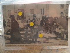 NARBONNE - Troubles Viticoles - Les Soldats Du 80e D'Infanterie Enlevant Les Barricades Sur La Place De L'Hôtel De Ville - Narbonne