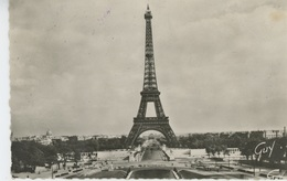 PARIS - La Tour Eiffel Vue Des Jardins Du Palais De Caillot (voir Cachets Et Timbres Au Dos) - Tour Eiffel