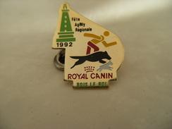 Pin's Chien Fête Agility Régionale 1992 ROYAL CANIN à BOIS LE ROI 77 Seine Et Marne,Phare Vert,EAF - Animali