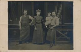G117 - Carte Photo - Un Couple Et Leur Fillette Pose En Compagnie De L'employé Devant La Menuiserie - Commerce