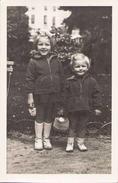Photo 14,5 X 9 Cm 2 Enfants Dans Un Jardin L'un Avec Une Truelle Et L'autre Avec Un Panier - Anonyme Personen