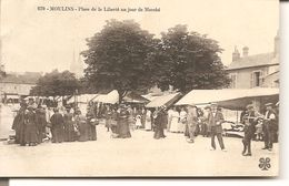 MOULINS - Place De La Liberté Un Jour De Marché - Moulins