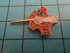 Pin816b Pin's Pins / Beau Et Rare /  SPORTS / ESCRIME EPEE FLEURET PRIEUR LAVABLE CUIR - Fencing