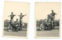 1 - LOT 2 ANCIENNES PHOTOS ACROBATIE MOTOCYCLISTE, CASCADE, MOTO, MOTARD, FIGURE, PARADE, DEFILE, SPECTACLE - Motos