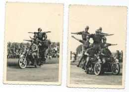 3 - LOT 2 ANCIENNES PHOTOS ACROBATIE MOTOCYCLISTE, CASCADE, MOTO, MOTARD, FIGURE, PARADE, DEFILE, SPECTACLE - Motos