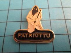 """Pin916c Pin's Pins / Beau Et Rare /  AUTRES : TERRORISTE CORSE SE FAISANT APPELER """"PATRIOTTU"""" Ou Pourquoi Pas Gangsteru? - Badges"""