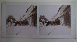 Troyes Ou Environ ? - Attroupement Sur Un Boulevard - Vers 1890 - Photos Stéréoscopiques