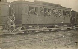 -ref  V686- Guerre 1914-18- Carte Photo - Wagon Train Ligne De Chemin De Fer -gare Non Située -theme Gares -trains  - - War 1914-18