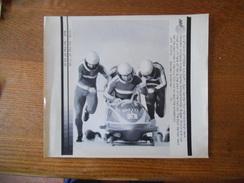 CALGARY-27FEB88 BOBSLEIGH EAST GERMANY TEAM HOPPE,SCHAUERHAMMER,MUSIOL,VOGE PHOTO AFP PAPIER 21cm/19cm - Sports D'hiver