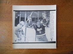 CALGARY- 14 FEB 88 HOCKEY FRANCE SWEDEN PAULIN BORDELEAU CELEBRATES HIS FIRST GOAL PHOTO AFP PAPIER 21cm/17cm - Hockey - NHL
