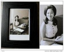 """Photographie Encadrée D'une """"pin Up"""" Thailandaise: La SECRETAIRE / Old Black And White Picture Of A Tai Secretary - Art Asiatique"""