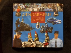 Livre GENDARMERIE UNE HISTOIRE UN AVENIR Voiture Moto Bateau Garde Républicaine Insigne école Police Maréchaussée Guerre - Francese