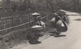 Indonésie - Indonesia - Carte-Photo - Métiers Marchands Ambulants - Chapeaux - Hoeden Verkooper - Indonesia