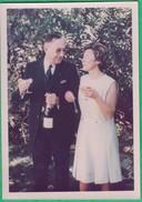 Un Couple Buvant Une Coupe De Champagne - Personnes Anonymes