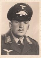 Original Foto 1941, Fliegeruniformierter Soldat, Prägestempel D.Fotographen Hradec Kralove, Fotoformat Ca.8,8 X 6,3 Cm, - 1939-45