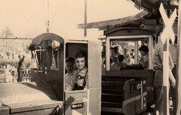 Photo Originale Ambiance Fête Foraine Le 09.06.1962, Forains & Gamins Conducteurs De Locomotive Sur Manège - Train - Lieux