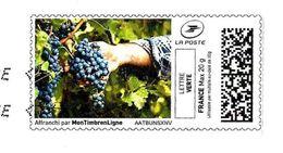 MonTimbrenLigne MTM (2017) - Main Tenant Une Grappe De Raisin Noir (Muscat) Dans Les Vignes. Lettre Verte 20g. - Alimentation