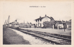 Ratenelle - La Gare (voyageurs Sur Le Quai, Le Train Entre En Gare) Pas Circulé - France
