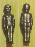 Fève  Plastique Doré Dos Quadrillé - Sujets Assortis Perez  1996 -  Enfant  Ou Poupon Nu - Anciennes