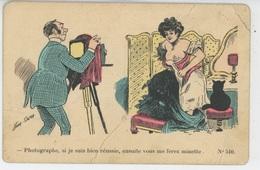FEMMES - Jolie Carte Fantaisie Femme Se Déshabillant Devant Photographe Et Chat  Signée XAVIER SAGER - Sager, Xavier
