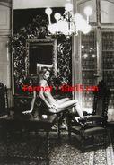Reproduction D'une Photographie De Charlotte Rampling Nue Assise Sur Une Table En Bois Avec Un Verre De Vin - Reproductions