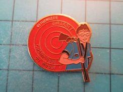 Pin413a Pin's Pins / Beau Et Rare :  TIR FUSIL BALL-TRAP VERONIQUE GIRARDET CHAMPIONNE DU MONDE  Marquage Au Dos : - --- - Badges