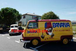 Reproduction D'une Photographie D'une Renault Estafette Publicitaire Banania Stationnée Sur Un Parking - Reproductions