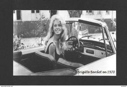 ARTISTES - ACTRICE DE CINÉMA - BRIGITTE BARDOT 1970 - ELLE EST HEUREUSE DE CONDUIRE UNE VOITURE DÉCAPOTABLE - Actors