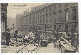 CPA Paris 7 Paris Inondé 1910 Le Génie Construisant Les Passerelles Rue De Bourgogne N° 79 Noyer - Inondations De 1910