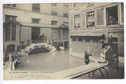 CPA Paris 7 Paris Inondé 1910 Le Ravitaillement Au Faubourg Saint-Germain N° 76 Noyer - Inondations De 1910