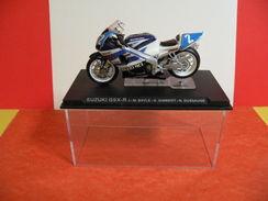 MOTO 1/24 > Suzuki GSX R - J.M Bayle - S. Gimbert - N. Dussauge (sous Vitrine) - Motos