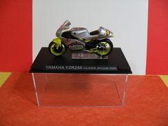 MOTO 1/24 > Yamaha YZR 250 Olivier Jacque 2000 (sous Vitrine) - Motos