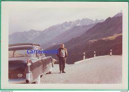 Automobile - Photo - Un Homme Devant Une Voiture à Identifier - Cars