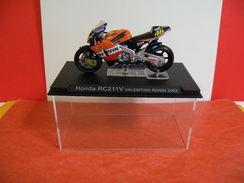 MOTO 1/24 > Honda RC 211 V Valentino Rossi 2002 (sous Vitrine) - Motorcycles