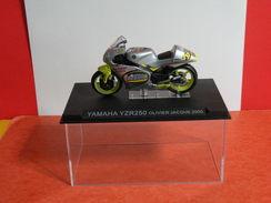 MOTO 1/24 > Yamaha YZR 250 Olivier Jacque 2000 (sous Vitrine) - Motorcycles