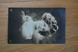 1090/ Jeune Fille (1914) - Portretten