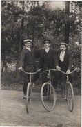 Carte Photo  3 Amis Vélo Bicyclette Facteur - Postal Services