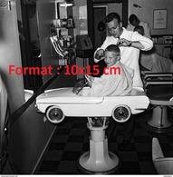 Reproduction D'une Photographie D'un Coiffeur Coupant Un Enfant Assis Dans Un Siège Automobile - Reproductions