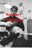 Reproduction D'une Photographie D'un Coiffeur Coiffant La Ravissante Romy Schneider - Reproductions