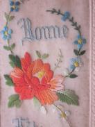 Vintage Superbe Carte Postale De France Ancienne Brodée à La Main Une Belle Rose Et Des Bleuets Une Bonne Fête Des Mères - Brodées