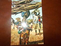 B671 Africa Women Carryng Faggots Non Viaggiata Presenza Macchia Al Retro - Cartoline
