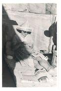 """Photo Amateur Femme Tricotant Un Pull à Rayures, Chapeau """" Journal """",  Nice 1953 - Personas Anónimos"""